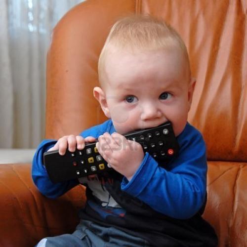 طفل يبتلع بطارية ريموت التليفزيون
