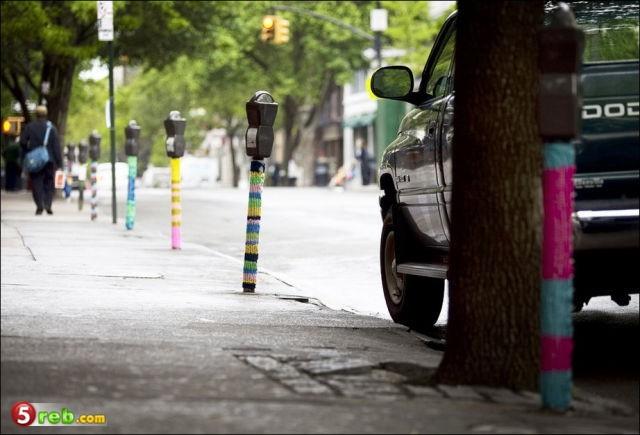ابداع فني في التطريز على الاشجار والاماكن العامة - صور